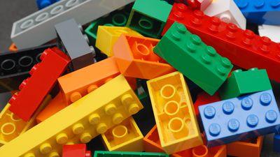 Adolescente constrói braço protético usando peças de Lego