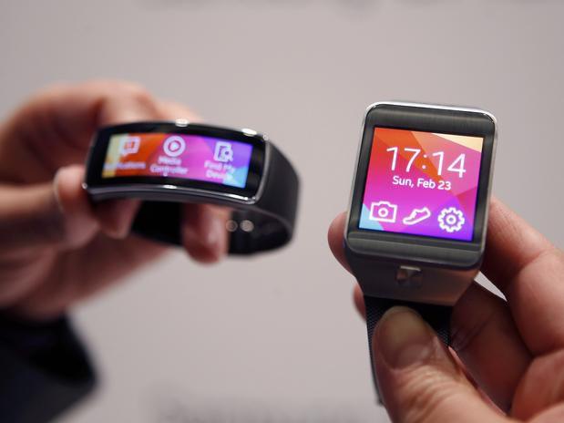 Os novos Gear Fit (esquerda) e Gear 2 são a aposta da Samsung no mercado de dispositivos vestíveis