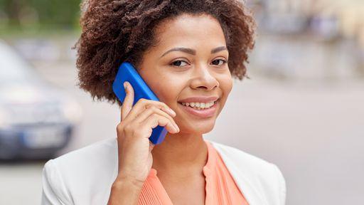 Brasileiro passa mais de 3 horas por dia no celular, diz pesquisa