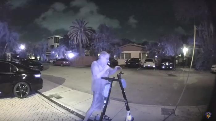 Homem é preso por cortar freio de 140 patinetes elétricos nos EUA