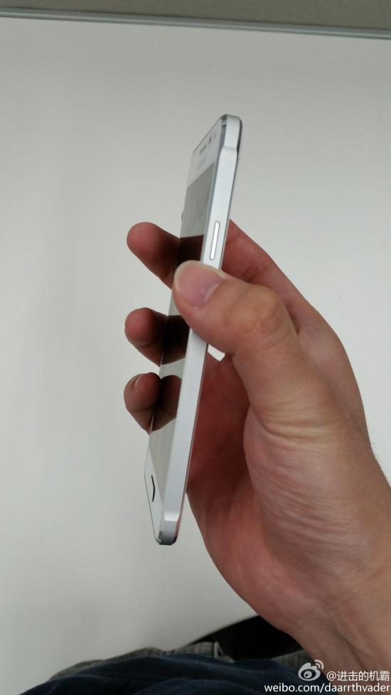 Imagens mostram que o suposto Galaxy Alpha não será fabricado totalmente em metal como se especulava anteriormente. Ao invés disso, somente a lateral do aparelho terá tal característica