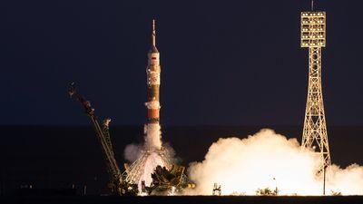 Foguete tripulado Soyuz falha e astronautas fazem pouso de emergência