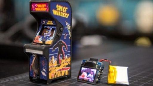 Fliperama em miniatura roda jogos clássicos e já está disponível para encomenda
