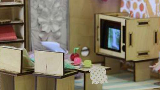 Estudantes criam casa de boneca com circuitos para as futuras engenheiras