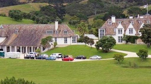 Kim Dotcom afirma no Twitter que levará três fãs para conhecer sua mansão