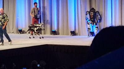 Robô cai do palco em apresentação e arranca risos da plateia