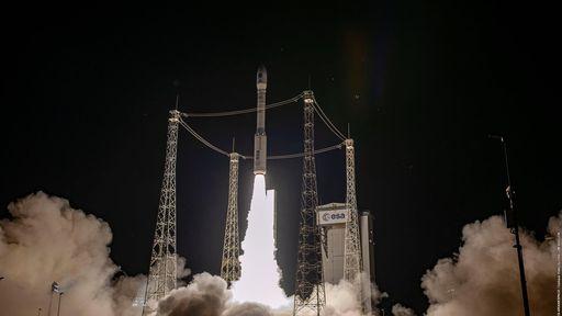 Arianespace enfim consegue lançar foguete Vega com diversos satélites a bordo