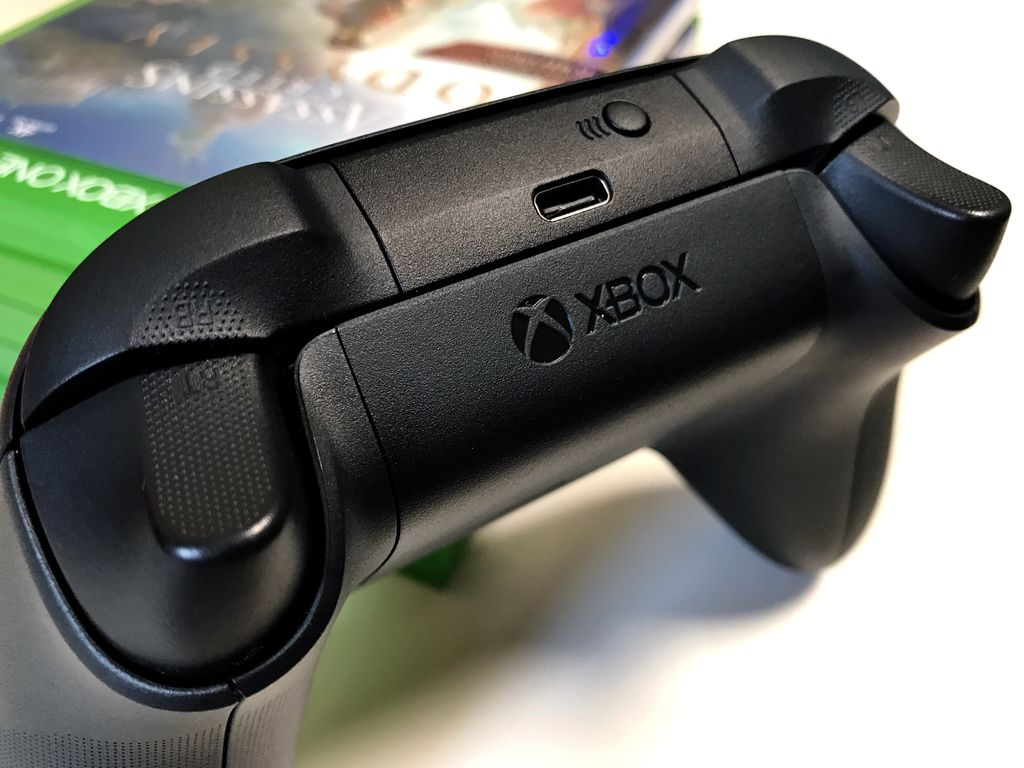 Textura aplicada à parte de trás e nos botões de ombro e gatilho dão um