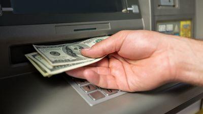 FBI alerta bancos sobre golpe que faz saques de alto valor em caixas eletrônicos